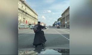 Мужчина нарядился священником и отправился путешествовать на самокате