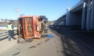 В Твери опрокинулся КамАЗ из-за взрыва колеса