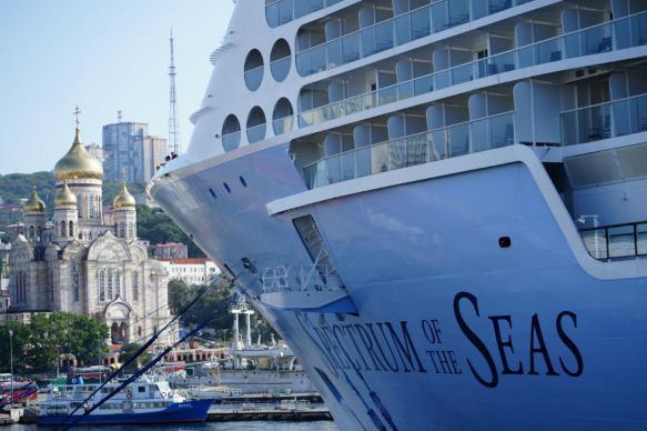 Во Владивосток прибыл крупнейший в истории России круизный лайнер