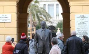 Вандалы оставили без пальцев памятник Жаку Шираку