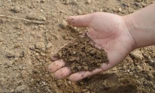 В Омской области построили детскую горку из земли с кладбища
