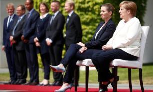 Меркель сидя слушала гимны на встрече с премьер-министром Дании
