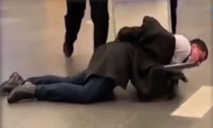 В аэропорту Внуково полицейские везли на тележке пьяного чиновника
