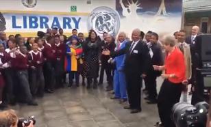 Танцы Мэй с африканцами вызвали насмешки и едкие сравнения
