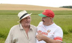 Лукашенко и Депардье  вручную скосили траву в резиденции президента Белоруссии. Видео