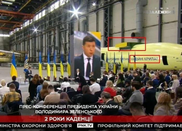 Зеленского высмеяли за выступление у военного самолёта без крыльев