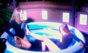 Гостей праздника в честь 700-летия российского рубля развлекли дракой девушек в бассейне с черной икрой. ВИДЕО