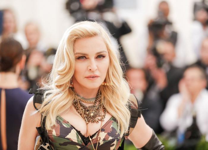 """Поклонники раскритиковали Мадонну за """"старческие руки"""""""