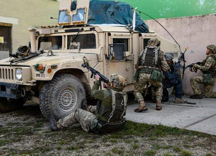 В Донбассе подорвался военный автомобиль украинской армии