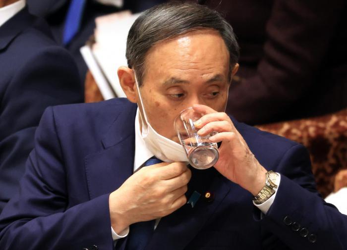 """""""Пришло время уйти, приятель"""": Ёсихидэ Суга теряет доверие японцев"""
