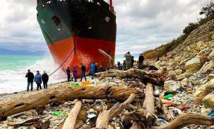 """Активисты убрали мусор с пляжа около сухогруза """"Рио"""""""