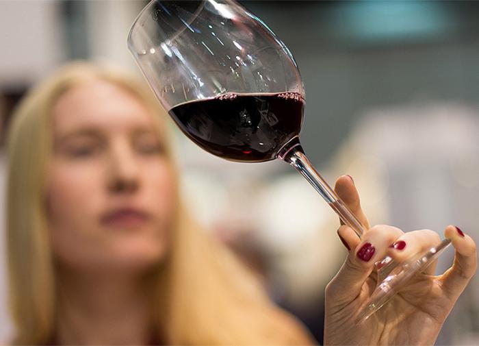 Почему женщинам нельзя злоупотреблять алкоголем, объяснил нарколог