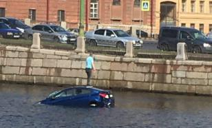 В Петербурге легковой автомобиль затонул в реке Фонтанке