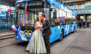 Молодая пара из Петербурга приехала в ЗАГС на троллейбусе