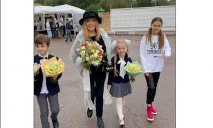 Нарядная Алла Пугачёва повела детей во второй класс