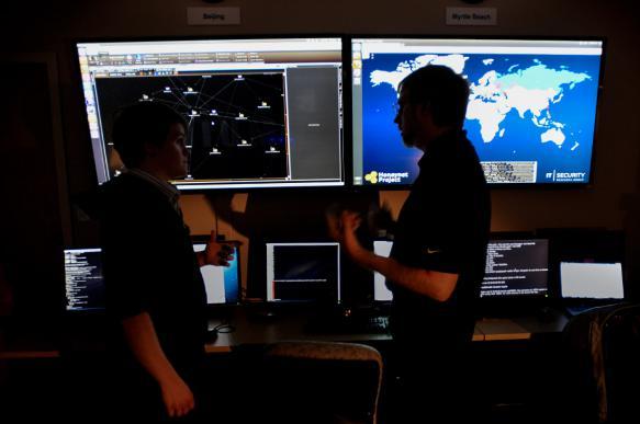 """ФСБ: кибероружие США попало """"не в те руки"""""""