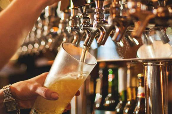 Эксперт оценил последствия разрешения рекламы пива на телевидении