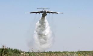 Видео: самолет МЧС случайно вылил 40 тонн воды на гаишников