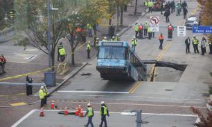 """В Питтсбурге провал на дороге """"засосал"""" автобус"""