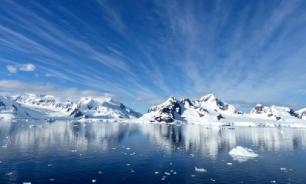 Исследователи обнаружили в Антарктиде таинственный вход в пещеру