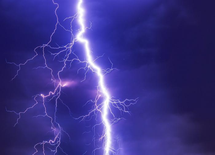 Физики из Австралии научились контролировать разряд молнии