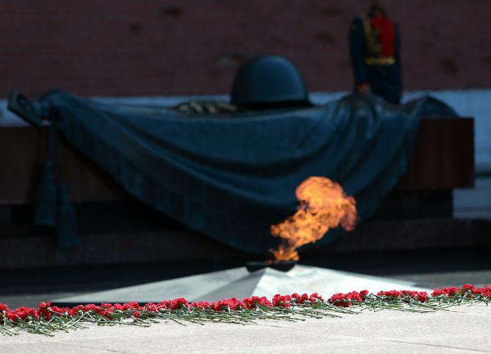 """""""Подвиг твой бессмертен"""": в России отмечают День Неизвестного солдата"""