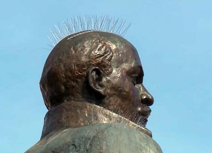 Статую Ленина в Магадане украсили шипами