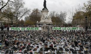 Тонны ботинок и туфель заполонили площадь в Париже
