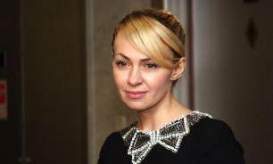 Рудковская отправилась в Париж в маске