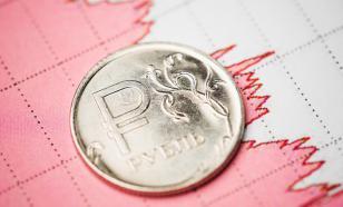 Эксперт назвал две причины, по которым падает рубль