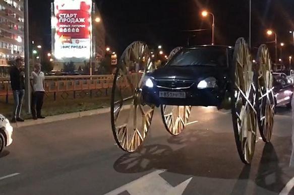 Житель Краснодара установил на Lada Priora 2-метровые колеса кареты