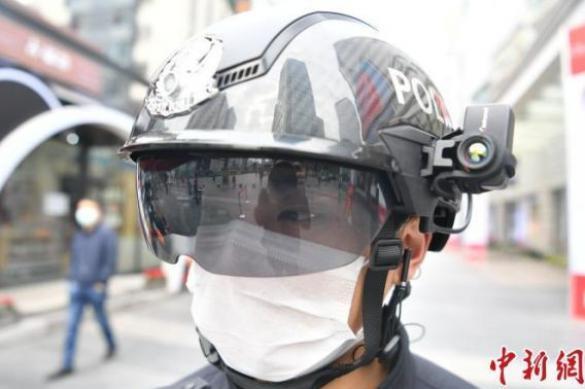 """В Китае разработали """"умный"""" шлем для измерения температуры у людей"""