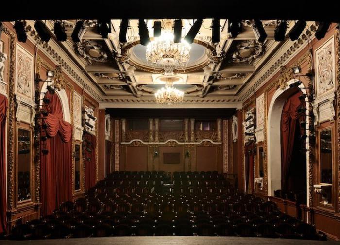 В театре на час задержали спектакль из-за отказа женщины надеть маску