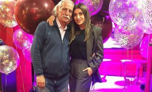 Отец Жасмин хранит верность своей покойной супруге