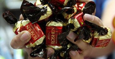 Украинцы сожгли российский шоколад в знак протеста
