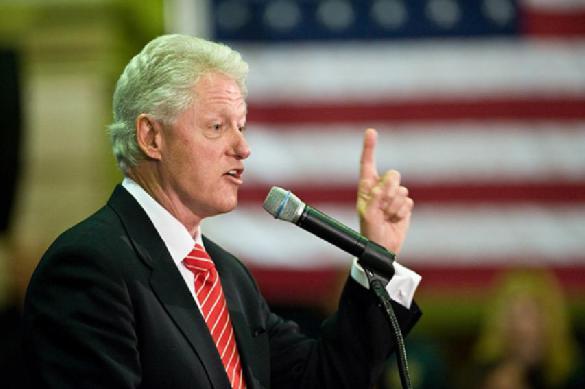 Клинтон нашел выход из положения. Он поздравил обоих