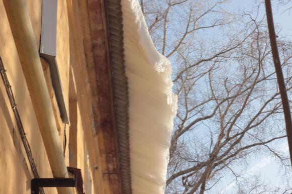 В Воронеже старушка дала бой коммунальщикам на крыше многоэтажки. Видео