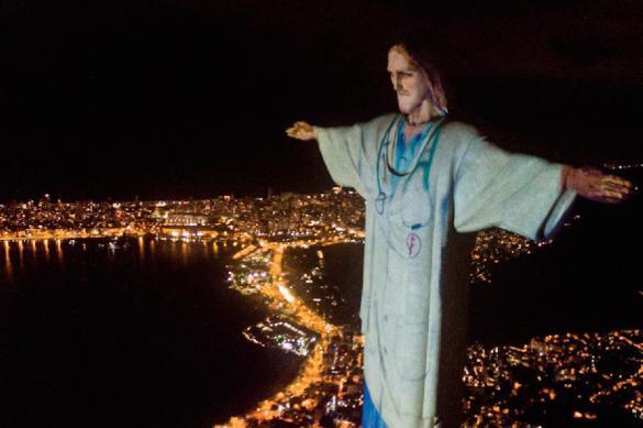 """Статую Христа в Рио """"переодели"""" в медицинский халат"""