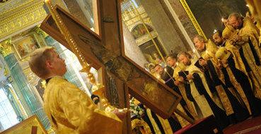Крест Андрея Первозванного уже в Москве: паломники выстраиваются в очереди