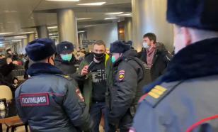 Встречавших, но не встретивших Навального сторонников массово задержали
