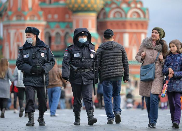 """Инфекционист: россиянам надо """"поменьше шататься по городу"""" во время пандемии"""