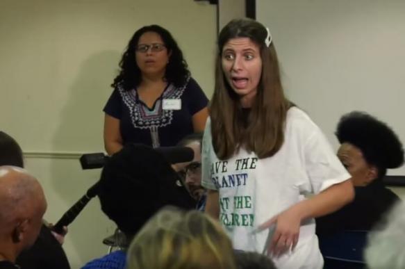 В США экоактивистка сорвала речь конгрессмена и призвала есть детей