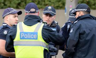 В Австралии пассажир поезда покусал полицейского из-за маски