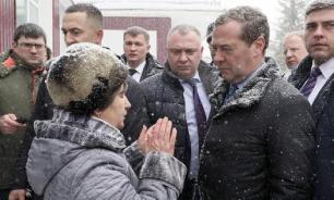 Пенсионерка с Алтая на коленях умоляла Медведева решить её проблему