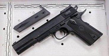 Девушку арестовали за размещение в Фейсбуке селфи с пистолетом