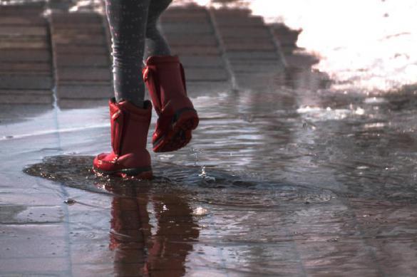 """В Нальчике """"рикша"""" на тележке перевозит людей по залитым водой улицам. Видео"""