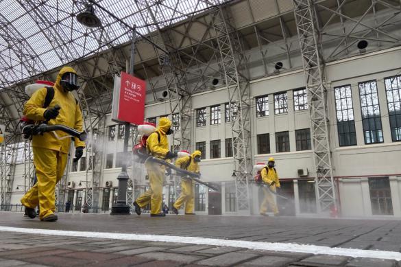 Сотрудники МЧС провели дезинфекцию Киевского вокзала в Москве