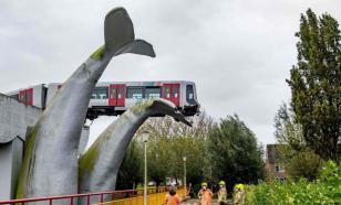 """Скульптура кита """"поймала"""" сошедший с рельсов поезд метро"""