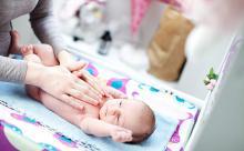Государство обеспечит новорожденных подгузниками и чепчиками