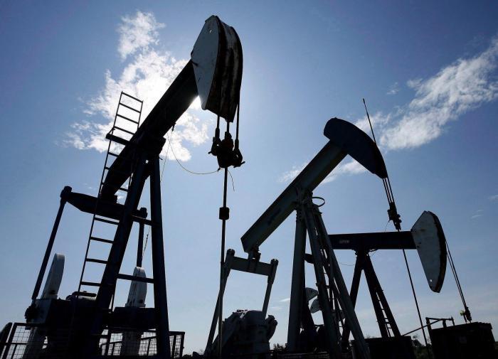 Нефтегазовые доходы России снизились более чем на треть